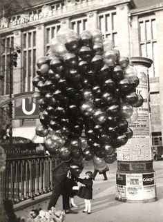 Friedrich Seidenstücker - Buying a Balloon, Berlin, 1935