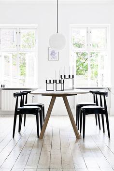 Spisebordet er fra Hay, mens CH20-stolene af Hans J. Wegner er fra Carl Hansen & Søn. Radio pendlen tegnet af Vilhelm Lauritzen
