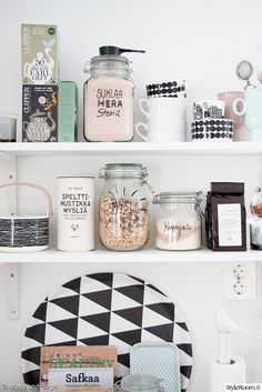 Keittiön avohylly ei näytä lainkaan levottomalta, kun sen tavarat sopivat sävyiltään yhteen. #keittiö #avohylly #shelfie #pastellivärit #inspiroivakoti #styleroom Täällä asuu: Monaandsaga