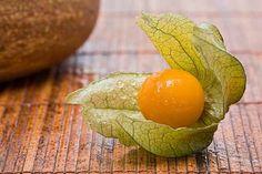 Čatní z mochyně Zkaramelizujte šálek cukru se dvěma lžícema vody. Po několika minutách je cukr lepkavý a zlatý. Přidejte 1/2 hrnku nakrájené bílé cibule,500g mochyně a 1/4 šálku jablečného octa. Uveďte směs do varu. Nechte povařit, přidejte sůl a pepř a nechte vychladnout. Čatní z mochyně připomíná chutí mangové čatní.