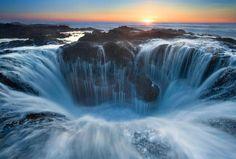 Колодец Тора – это удивительное творение природы, расположенное на мысе Перпетуа в американском штате Орегон