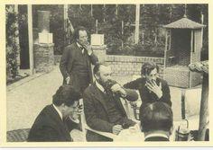 Gesellschaft im Garten der Villa Moll. Max Reinhardt, Gustav Mahler, Karl Moll, Hans Pfitzner, Josef Hoffmann.