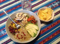 Salade quinoa-maïs-haricots noirs-avocat Aujourd'hui, je vous emmène au Mexique ��, avec un jolie salade complète, végétarienne, colorée et agrémentée d'une sauce épicée... Comme toujours on s'efforce de respecter l'équilibre diététique, avec: - la moitié...
