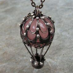 Vzhůru do oblak... Vloženým kamenem je kulička z Růženínu, sytě růžové barvy, (viz. foto). Vše je vyrobeno ručně, z kovu. Cínovaný šperk je vyrobený technikou tiffany, bez použití bižuterních komponentů. Náhrdelník je zhotoven z pocínované mědi, pečlivě zpracovaný, patinovaný, ošetřený antioxidantem, zavěšen na bižuterním řetízku, s ručně vyrobeným, ...