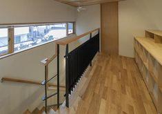 横長窓より光の入る2階ホール(『稲里の家』薪ストーブと大きな吹き抜けのある住まい)