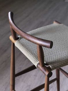 Pelleossa is inspired by the Italian chairs of pre-industrial times.