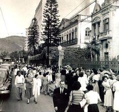 Inauguração da loja Sears Roebuck na Praia de Botafogo, em 1949. Pela gigantesca fila deve ter sido um acontecimento e tanto. Entre a Sears e o casarão à direita da foto, vemos o colégio Anglo-Americano. Foto: Kurt Klagsbrunn, do Acervo de Victor Hugo Klagsbrunn.