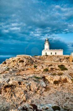Faro de Cavalleria en el extremo norte de la isla de Menorca, España.