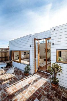 Small Home Remodel Lawry Street Residence / Ha Architecture.Small Home Remodel Lawry Street Residence / Ha Architecture Exterior Design, Interior And Exterior, Exterior Doors, Future House, My House, Surf House, Architecture Design, Contemporary Architecture, Contemporary Design