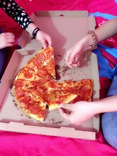 Piza party with frnds Pizza Girls, Tumblr Food, Snap Food, Tasty, Yummy Food, Food Snapchat, Pizza Party, Food Pictures, Girly Pictures