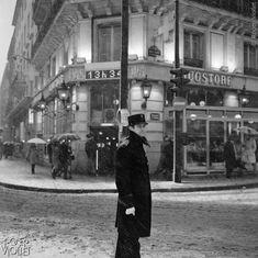 Agent de police par temps de neige, boulevard Saint Germain.