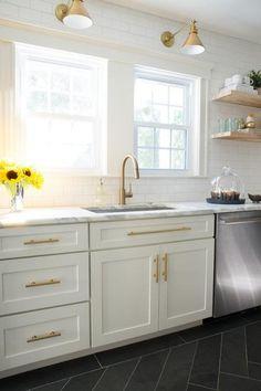 サブウェイタイルと明るいナチュラルな色味の無垢材の棚、真鍮の水栓金物や引き手とランプシェードのあるキッチン5