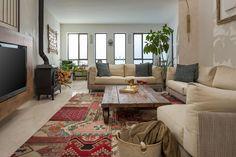 להתחמם עם העצים: מהפך עיצובי לקומת הקרקע של בית במושב | בניין ודיור Romantic Room, Romantic Homes, Old Home Renovation, Living Styles, Big Houses, Architecture Design, Sweet Home, Room Decor, House Design