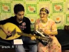 une vieille femme Kabyle chante une chanson de Slimane azem