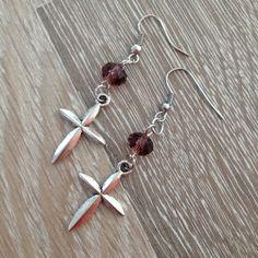 Oorbellen van 8*6mm paars kristalstenen met metalen kruisjes. Van JuudsBoetiek, te bestellen op www.juudsboetiek.nl.