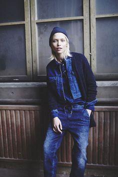 If you're in search of a casual but also chic ensemble, rock a blue denim jacket with blue boyfriend jeans. Estilo Tomboy, Estilo Jeans, Jeans Boyfriend, Denim Shirt With Jeans, All Jeans, Jeans Style, Tomboy Fashion, Denim Fashion, Fashion Blogs