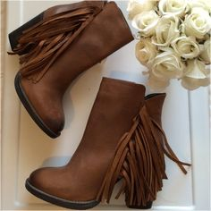 """MUST HAVE STEVE MADDEN 100% LEATHER FRINGE BOOT CATCH ALL EYES IN THESE STEVE MADDEN LEATHER FRINGE ANKLE BOOTS BRAND NEW - UNWORN                                                             You'll crave the quality of these genuine leather, western booties! Fringe ankle boots have a distressed, oil finish look with a round toe and sturdy, wooden block heel. Color- Cognac Leather Non-skid sole and cushioned footbed. Leather upper, synthetic sole Measurements approx: Heel 3.5"""", 8.25"""" shaft…"""