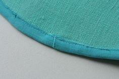 Tipy a triky: Zakončení lemovací gumičky   Ekozahrada - Blog Petry Macháčkové / Caramilla Sewing Hacks, Sewing Tips, Barefoot, Stamp, Throw Pillows, Blog, Fabric, Coloring, Inspiration
