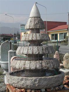 Scultura/gioco d'acqua in pietra naturale, divisa in moduli per facile posizionamento e installazione. Altezza totale circa cm. 200, diametro modulo base circa cm. 140. Outlet x ultimo pezzo disponibile.
