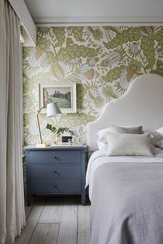 Atmosphere of a country home in London townhouse interior design Home decor Idea Inspiration cozy style english classic bedroom wallpaper headboard nightstand 439945457351931660 London Townhouse, Townhouse Interior, Country Style Homes, Home Bedroom, Bedroom Country, Master Bedrooms, Country Living, Bedroom Ideas, Shabby Bedroom