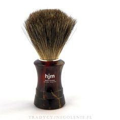 Pędzel do golenia z prawdziwym włosiem z borsuka. Rączka w kolorze imitującym skorupę żółwia. Na rączce logo HJM. Włosie z sierści borsuka posiada zdolność zatrzymywania dużej ilości wody, dzięki temu można wytworzyć pianę do golenia niezwykle szybko i łatwo. Pędzel wykonany w Niemczech przez wykwalifikowanych rzemieślników.