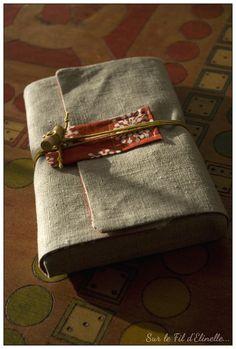 Protège livre - De la lecture par Elinelle - thread Blog Couture, Handmade Bags, Pouches, Amelia, Sewing Ideas, Reading, Music, Fashion, Good Ideas