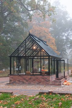 Garden Types Höstdimman rullar in. Nya visningshuset The Cape Cod Greenhouse mellanstorlek 57 x 32 m 18 kvm. Autumn mist and The Cape Cod Greenhouse x Greenhouse Shed, Greenhouse Gardening, Greenhouse Wedding, Outdoor Greenhouse, Cheap Greenhouse, Portable Greenhouse, Pergola Carport, Pergola Plans, Pergola Kits