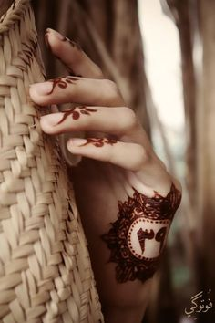 Henna - Love this on the tops of the fingers. I'm going to get me some henna one day. Arte Mehndi, Mehndi Art, Henna Mehndi, Henna Art, Bridal Mehndi, Indian Mehndi Designs, Mehandi Designs, Indian Mehendi, Henna Tattoo Designs Arm