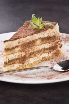 Tiramisu Layer Cake Recipe With a light sponge instead of traditional lady fingers? Tiramisu Layer Cake Recipe With a light sponge instead of traditional lady fingers? Italian Desserts, Just Desserts, Dessert Recipes, Italian Tiramisu, Yummy Treats, Sweet Treats, Yummy Food, Food Cakes, Cupcake Cakes