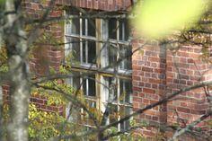 Punatiilinen tehdasrakennus luo tunnelmaa. / An atmospheric old red-brick factory building.