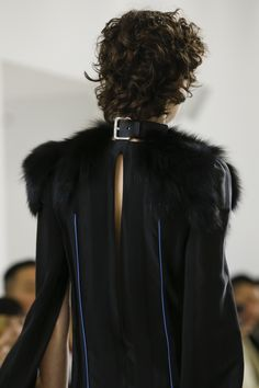 Loewe Fall 2018 Ready-to-Wear Fashion Show Details: See detail photos for Loewe Fall 2018 Ready-to-Wear collection. Look 5 Dark Fashion, High Fashion, Autumn Fashion, Womens Fashion, Fashion Story, Loewe, Dress Backs, Fall 2018, Designer