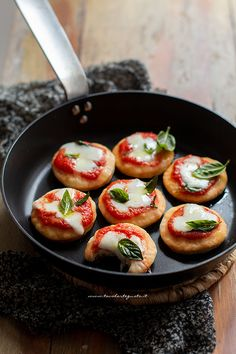 Italian Recipes Pan-fried pizzas, fast and without leavening (Recipe in 15 minutes! Appetizer Recipes, Snack Recipes, Healthy Recipes, Snacks, My Favorite Food, Favorite Recipes, Beer Recipes, Appetisers, Antipasto