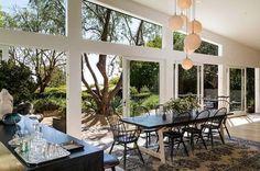 Une vue à couper le souffler sur le jardin depuis la salle à manger. Plus de photos sur Côté Maison http://petitlien.fr/83o1