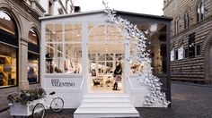Transfer this design element to van! The Terrier and Lobster: RED Valentino Pop-Up Greenhouse in Florence Pop Up Stores, Retail Stores, Tienda Pop-up, Luxury Store, Retail Concepts, Store Displays, Window Displays, Retail Displays, Retail Interior