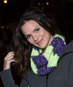 Das Häkeln dieses Schals geht ganz schnell. Der Schal hält deinen Hals schön warm. Das Garn reflektiert das Licht von einem Auto oder einem Fotoblitz.