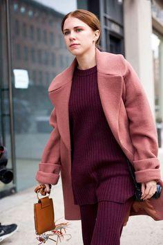 Look colorido para inverno combinando burgundy e goiaba.