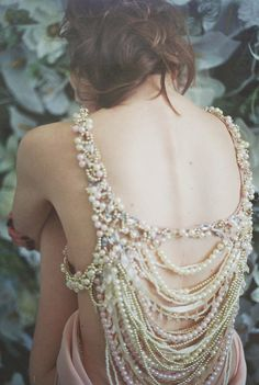 Love this idea to camouflage the bra and still have a romantic mermaid style for her back.