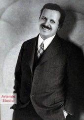 Edward Bernays, nebot de Freud, va ser el principal competidor de Lee al camp de les relacions públiques, va ser l'inventor de les teories de les relacions públiques.