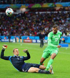 """Sortie """"kamikaze"""" de Neuer sur un contre algérien dans les pieds de Slimani largement en dehors de sa surface. C'était chaud."""