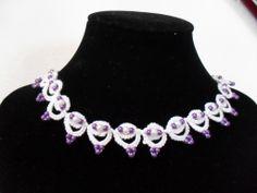 Tour de cou blanc et violet en dentelle de frivolite : Collier par carmentatting