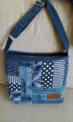 Bag in blue. Some recycled jeans and some polka dots, stripes and flowers .- Beutel in Blau. Einige recycelte Jeans und einige Tupfen, Streifen und Blumenmus… Bag in blue. Some recycled jeans and some … - Denim Tote Bags, Denim Handbags, Denim Purse, Patchwork Bags, Quilted Bag, Jean Purses, Purses And Bags, Bag Quilt, Denim Ideas