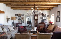 Country cottage living room with exposed beams - light fixture Cottage Living Rooms, Living Spaces, Style At Home, Salons Cottage, South African Homes, Do It Yourself Home, Home Decor Bedroom, Home Fashion, Sweet Home