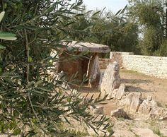 Dolmen della Chianca , a Bisceglie (provincia di Barletta-Andria-Trani in Puglia) , scoperto nel 1909 , risale all'età del bronzo , alto 1,80 m  . largo 2,40 m . Attualmente vi si accede dalla SP 85. Il nome Chianca deriva dal termine dialettale biscegliese chianghe, cioè lastra di pietra o di lava.