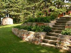 Un zoom d'un escalier en pierre dans un jardin magnifique