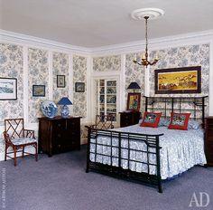 Комната с коллекцией гжели