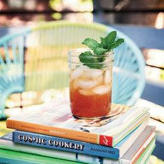 Like a tea version of a Peppermint Patty, this aromatic spin on mint iced tea is sweetened with a simple syrup that's infused with cocoa nibs and vanilla. Fruity Drinks, Vodka Drinks, Yummy Drinks, Beverages, Iced Tea Recipes, Wine Recipes, Mint Iced Tea, Tangerine Juice, Stonewall Kitchen