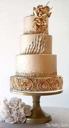 Gold wedding cake idea via The Pastry Studio - Deer Pearl Flowers…