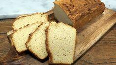 Verwarm de oven voor op 200 °C en bekleed een ingevette vorm met bakpapier. Meng de droge ingrediënten in een kom. Roer met een houten lepel kort de karnemelk erdoor. Meng het deeg niet te lang en kneed het deeg niet.