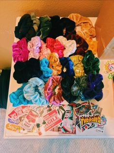 scrunchies and stickers :) Look Casual, Casual Chic, Retro, Hair Ties, Vsco, Cute Outfits, Artsy, Hair Accessories, Girly