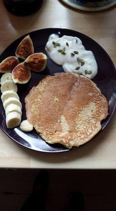 Havermoutpannenkoek: 100 ml melk (soja of amandelmelk) 1ei 1 banaan 75gr havermout . Alles mengen met een staafmixer .In de pan bakken ongeveer 3min beide kanten .